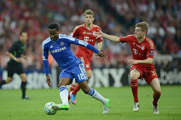 chelseas-nigerian-midfielder-john-obi-mikel-vies-for-the-ball-with-picture-id144940547