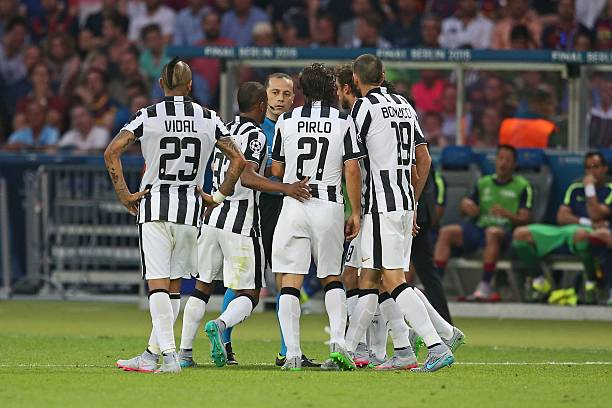 vidal-pirlo-and-bonucci-of-talk-to-referee-cuneyt-cakir-during-the-picture-id476134032