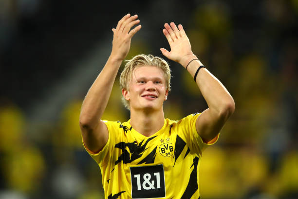 erling-haaland-of-borussia-dortmund-shows-appreciation-to-the-fans-picture-id1273520409